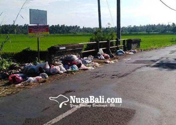 Nusabali.com - jembatan-kali-kembar-jadi-tps-liar