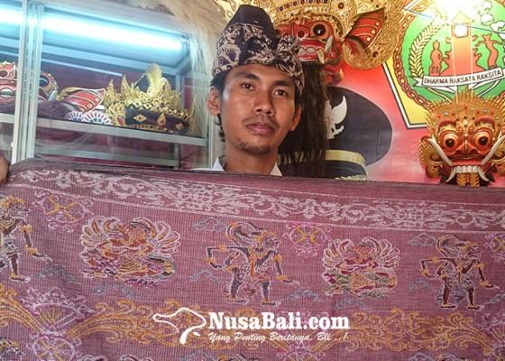 Nusabali.com - semarakkan-pkb-2019-putri-ayu-produksi-tenun-songket-hanoman-edisi-terbatas