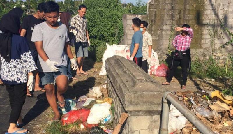 www.nusabali.com-sampah-dibuang-dekat-jembatan-warga-dan-remaja-gotong-royong