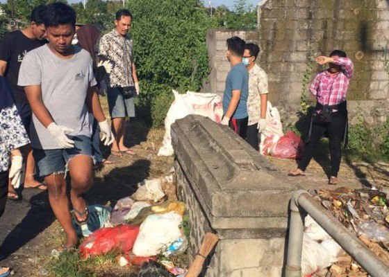 Nusabali.com - sampah-dibuang-dekat-jembatan-warga-dan-remaja-gotong-royong