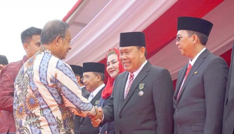 www.nusabali.com-sekda-rai-iswara-terima-penghargaan-satyalancana-pembangunan-dari-presiden-ri