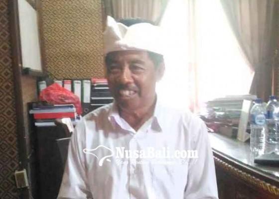 Nusabali.com - pedagang-pasar-loka-crana-berpakaian-adat-setiap-hari