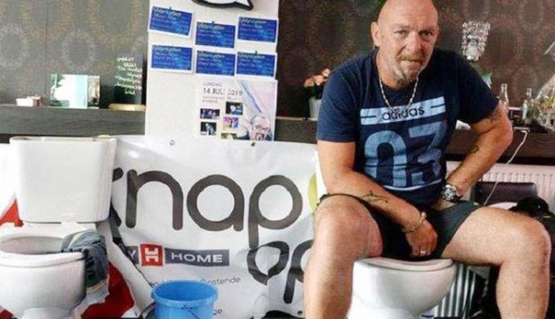 www.nusabali.com-pria-duduk-di-toilet-selama-5-hari