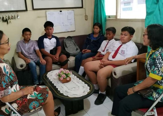 Nusabali.com - smp-saraswati-hanya-dapat-4-siswa