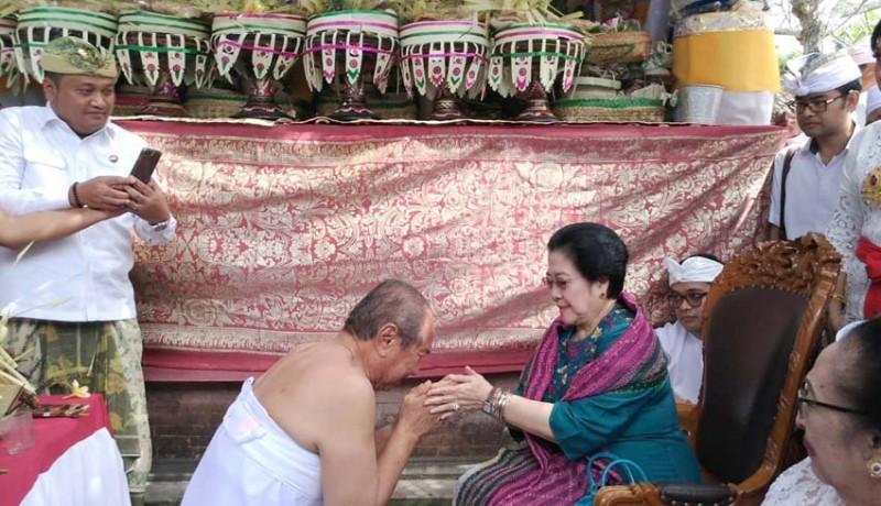 www.nusabali.com-sungkem-ke-mega-agung-bharata-nangis