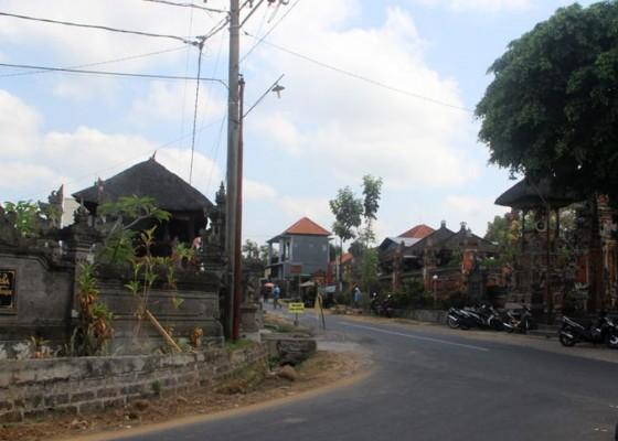 Nusabali.com - pura-desa-dan-pura-bale-agung-terbelah-oleh-jalan-raya