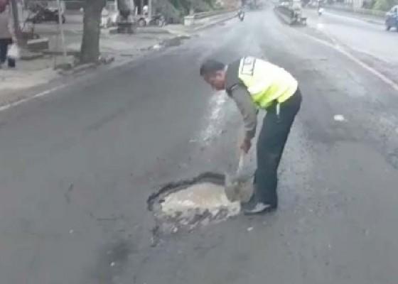 Nusabali.com - kerap-terjadi-kecelakaan-polisi-tambal-jalan-berlubang