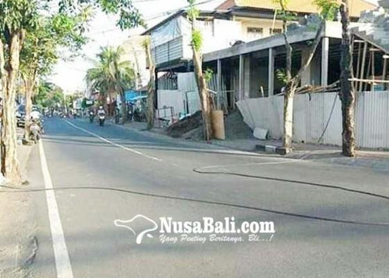 Nusabali.com - kabel-jatuh-ganggu-pengendara-di-kerobokan