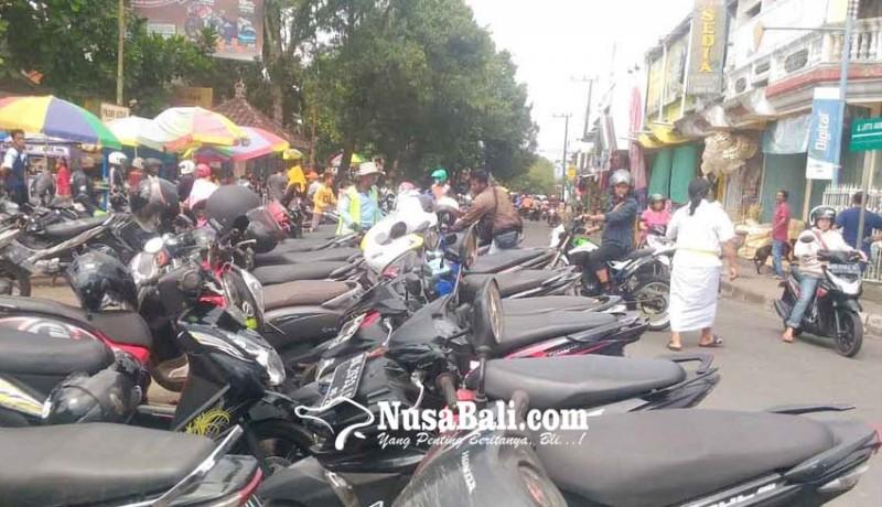 www.nusabali.com-anggota-dishub-bantu-juru-parkir-pasar-kidul