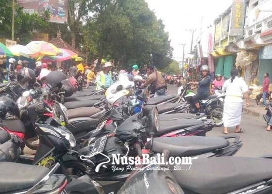 Nusabali.com - anggota-dishub-bantu-juru-parkir-pasar-kidul