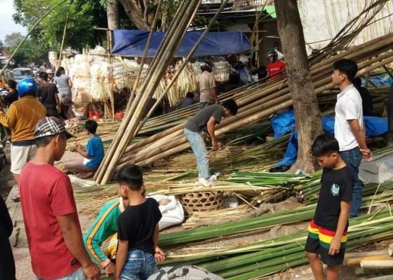 Nusabali.com - pedagang-bahan-penjor-menjamur