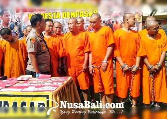 Nusabali.com - 29-tersangka-narkoba-dipamerkan-di-lapangan-polresta-denpasar