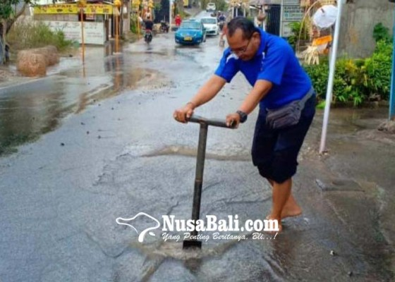 Nusabali.com - pipa-bocor-pasokan-air-di-kutsel-terganggu