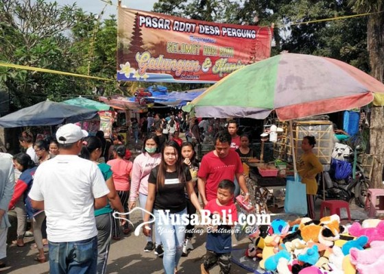 Nusabali.com - umanis-galungan-warga-serbu-pasar-adat-pergung