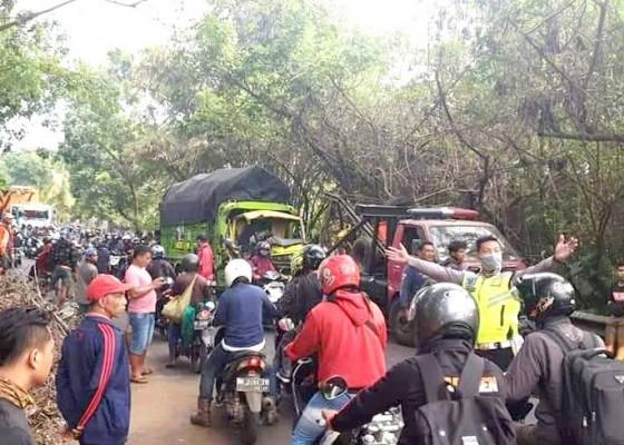 Nusabali.com - truk-melintang-di-jalan-macetkan-arus-lalin-9-jam