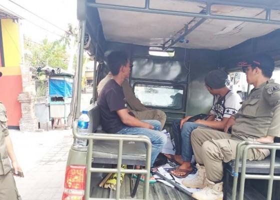 Nusabali.com - berjualan-di-atas-trotoar-pedagang-bendera-diamankan