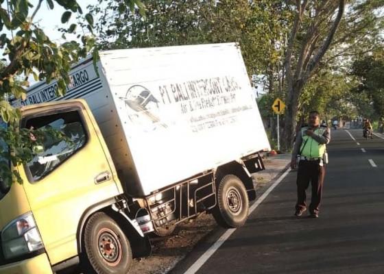 Nusabali.com - tanpa-sopir-truk-box-nyungsep-ke-got