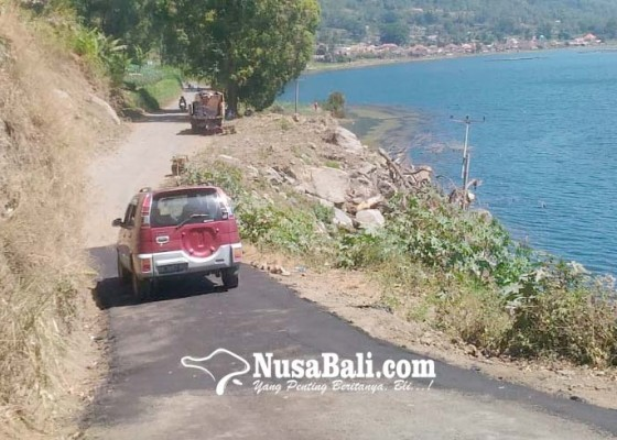 Nusabali.com - pu-perbaiki-jalan-rusak-akibat-longsor