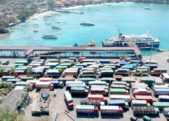 Nusabali.com - antrean-penyeberangan-pelabuhan-padangbai