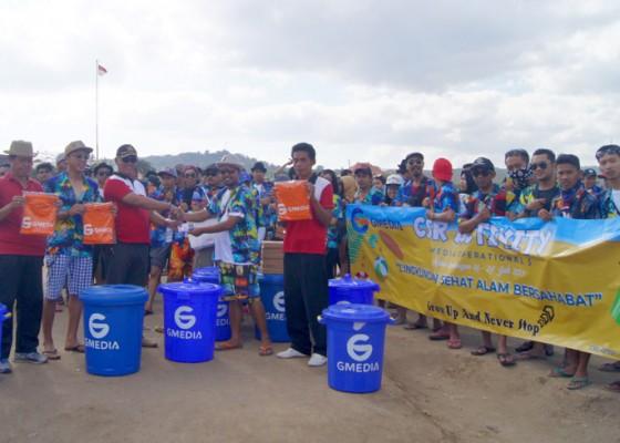 Nusabali.com - hut-ke-11-gmedia-bersih-pantai-di-nusa-lembongan