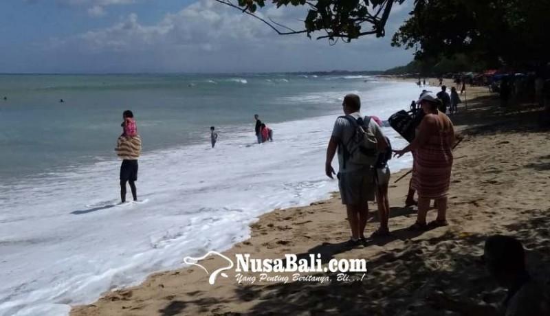 www.nusabali.com-gelombang-tinggi-air-laut-di-pantai-kuta-naik