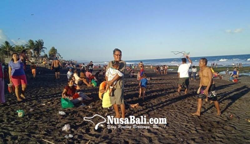 www.nusabali.com-umanis-kuningan-warga-serbu-pantai