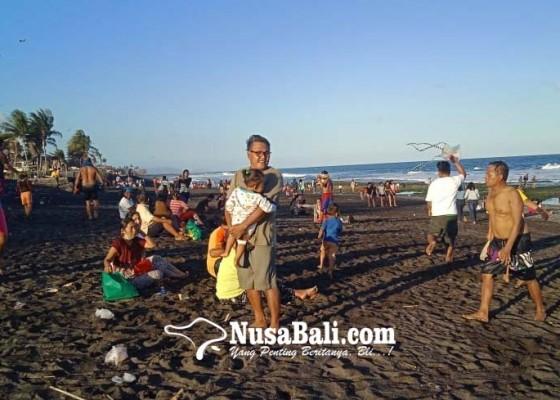 Nusabali.com - umanis-kuningan-warga-serbu-pantai
