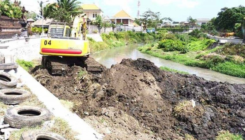 www.nusabali.com-antisipasi-banjir-bwsbp-mulai-keruk-alur-tukad-mati