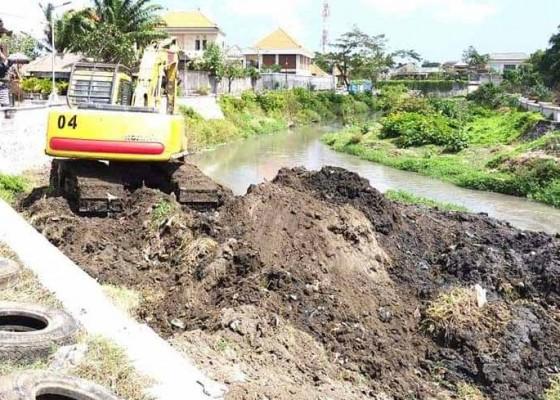 Nusabali.com - antisipasi-banjir-bwsbp-mulai-keruk-alur-tukad-mati