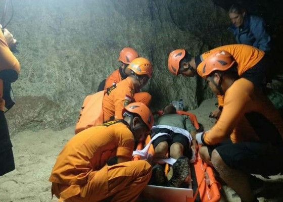 Nusabali.com - jatuh-saat-paragliding-turis-prancis-patah-kaki