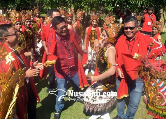 Nusabali.com - tari-gandrung-meriahkan-kongres-hasto-hingga-djarot-ikut-menari