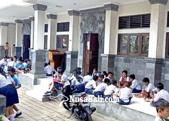 Nusabali.com - murid-sdn-1-ungasan-mulai-belajar-di-2-sekolah-terdekat
