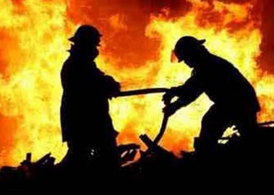 Nusabali.com - sebuah-rumah-dan-palinggih-terbakar-di-sobangan
