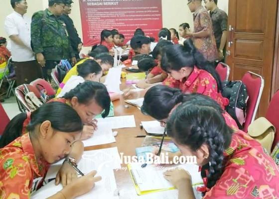 Nusabali.com - peserta-lomba-nyurat-masih-asal-comot