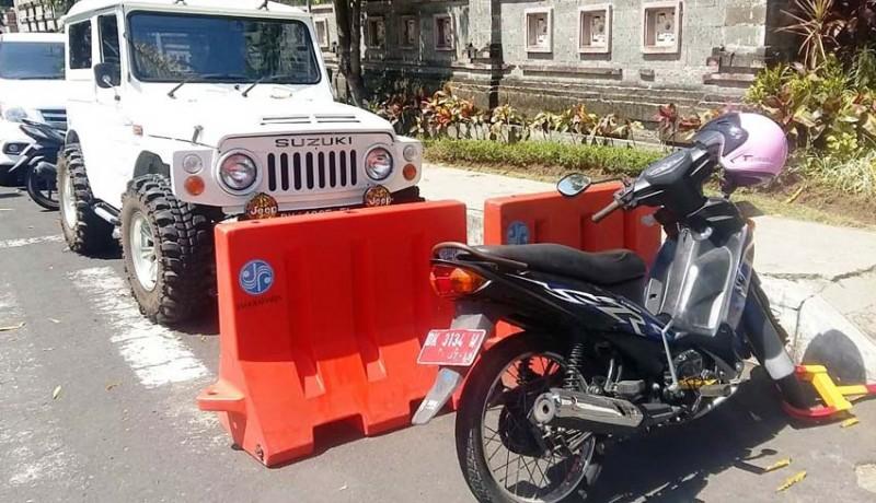 www.nusabali.com-parkir-sembarangan-motor-plat-merah-digembok