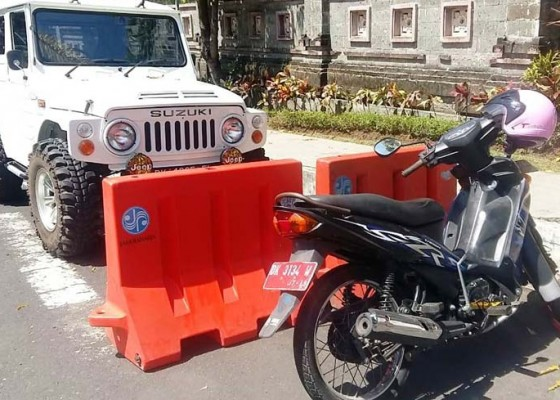 Nusabali.com - parkir-sembarangan-motor-plat-merah-digembok