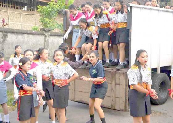Nusabali.com - regu-gerak-jalan-diangkut-truk