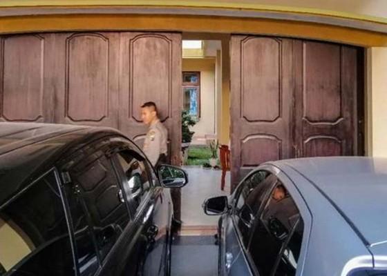 Nusabali.com - kpk-geledah-rumah-eks-sespri-pakde-karwo