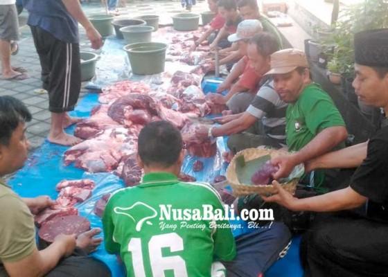 Nusabali.com - ramah-lingkungan-bagikan-daging-kurban-gunakan-besek