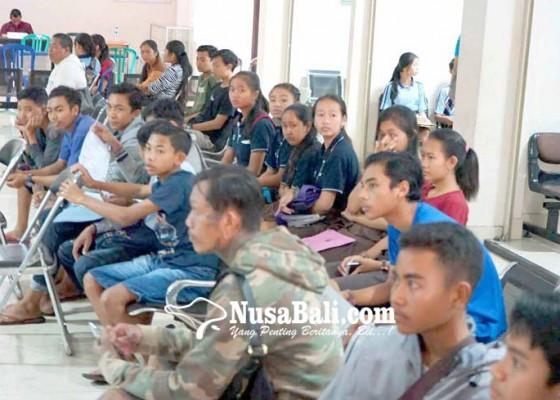 Nusabali.com - blangko-ktp-habis-pemohon-dapat-suket