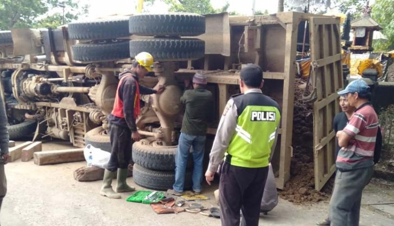 www.nusabali.com-truk-proyek-tabrak-tembok-pura-bedogol