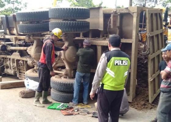 Nusabali.com - truk-proyek-tabrak-tembok-pura-bedogol