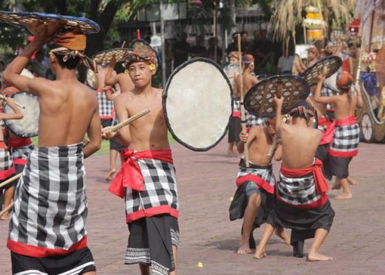 Nusabali.com - pertama-kali-atraksi-gebuk-seraya-libatkan-100-penari
