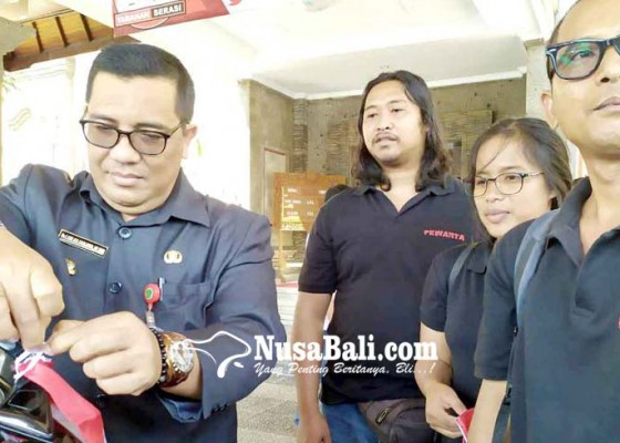 Nusabali.com - wabup-sanjaya-wajibkan-kendaraan-pegawai-dipasang-bendera-merah-putih
