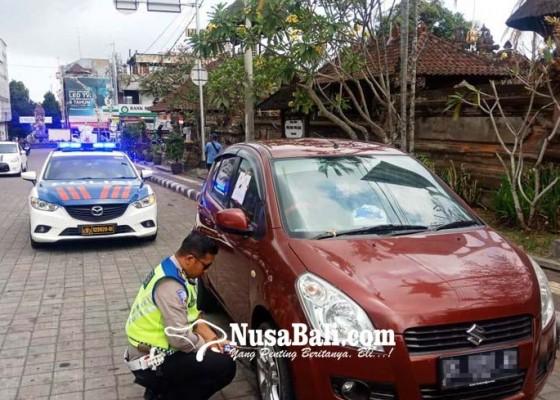 Nusabali.com - parkir-sembarangan-belasan-kendaraan-roda-empat-digembok