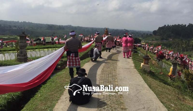 www.nusabali.com-pembentangan-bendera-1945-meter-pecahkan-rekor-dunia