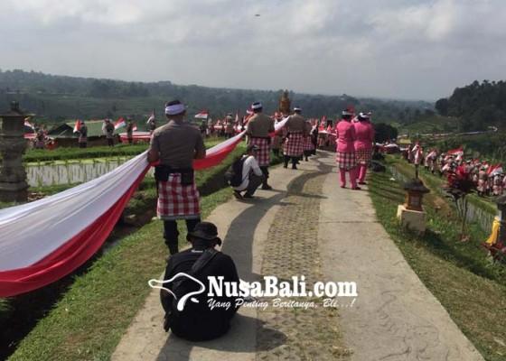 Nusabali.com - pembentangan-bendera-1945-meter-pecahkan-rekor-dunia