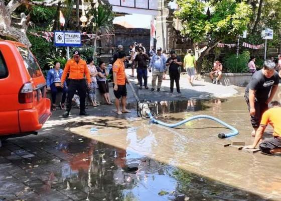 Nusabali.com - diguyur-hujan-sdn-5-jimbaran-tergenang-air