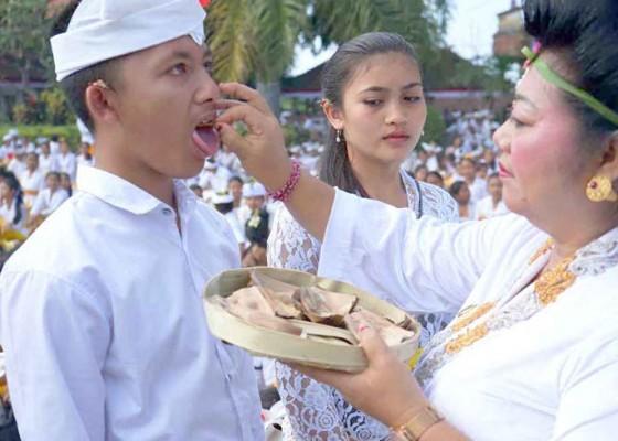 Nusabali.com - bupati-nyurat-ongkara-di-lidah-siswa