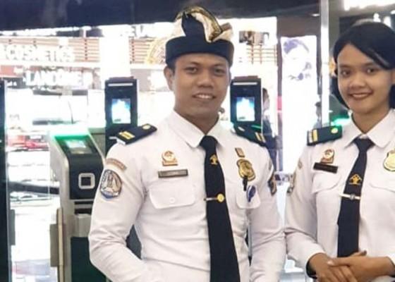 Nusabali.com - petugas-imigrasi-pakai-udeng-dan-selendang-saat-bertugas